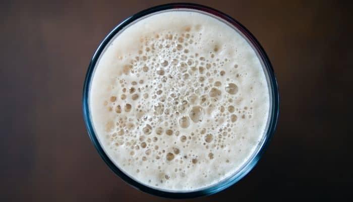 öl med bubblor uppifrån